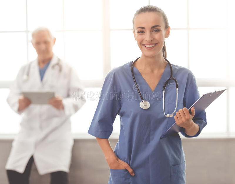 Schöner Doktor und Patient lizenzfreie stockbilder