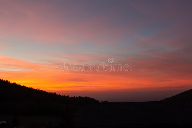 Schöner drastischer Sonnenuntergang im deutschen schwarzen Wald lizenzfreie stockfotografie