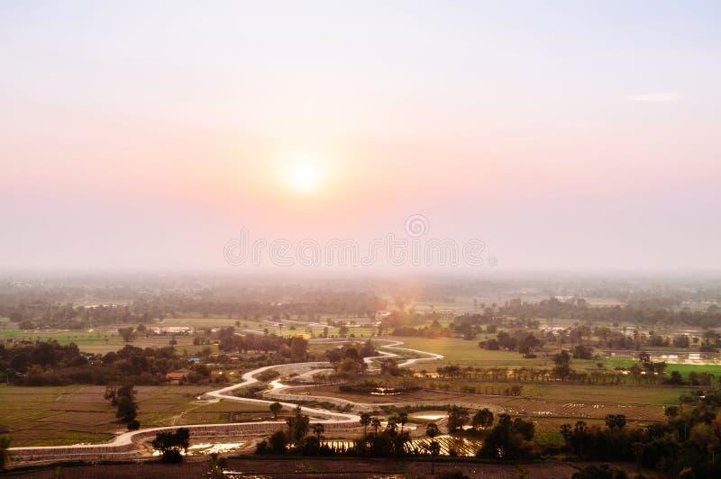 Schöner Draufsicht Sonnenuntergang oder Sonnenaufgangszene von Uthaithani oder von Utha lizenzfreie stockfotografie