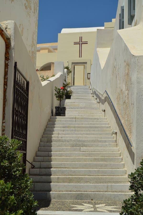 Schöner Eingang durch Treppe bis eine der Kirchen der schönen Stadt von Fira auf der Insel von Santorini Architektur, stockbilder
