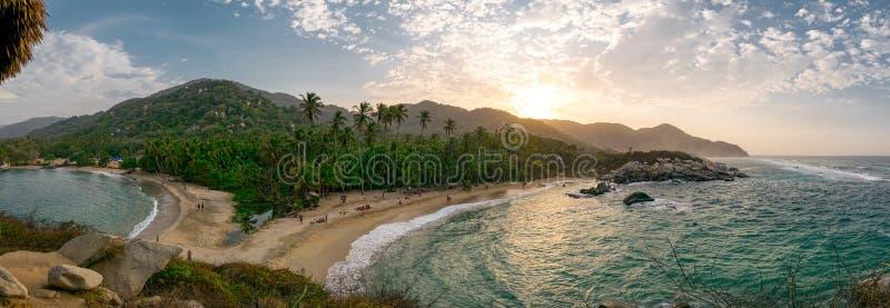 Schöner einsamer karibischer Strand mit Palmen in Nationalpark Tayrona, Kolumbien lizenzfreies stockbild