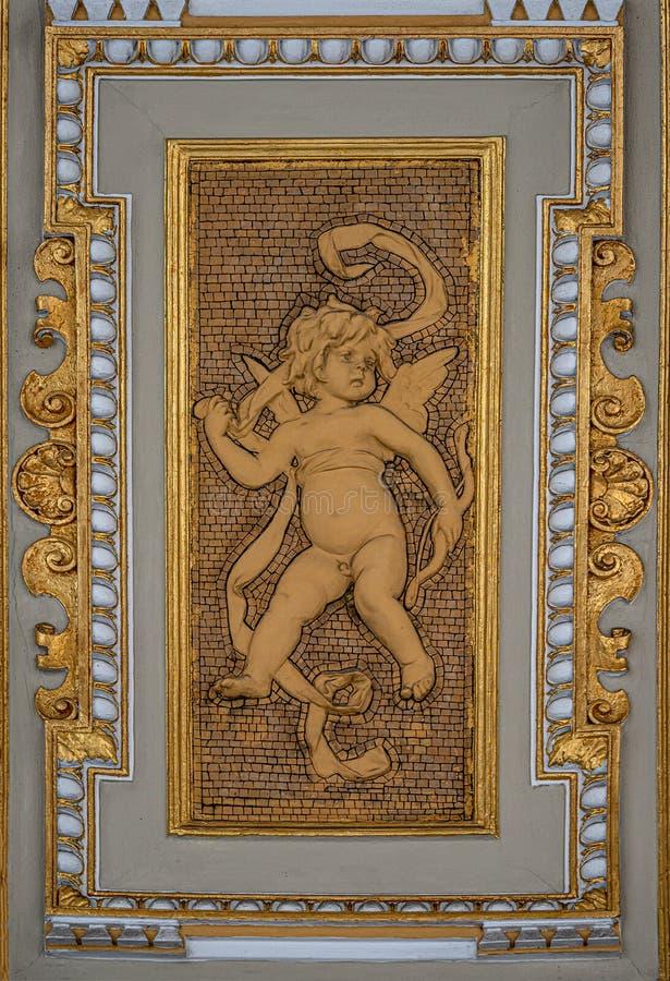 Schöner Engel als Verteidiger an der Deckenspitze nahe dem Parlament in Wien, Österreich lizenzfreie stockfotos
