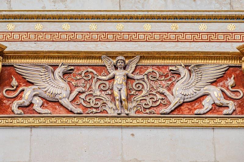 Schöner Engel als Verteidiger mit mystischen Drachen an der Dachspitze der Hauptfassade des Parlaments in Wien, Österreich stockbild