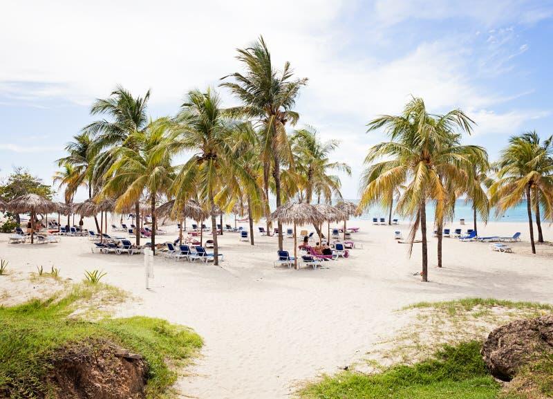 Schöner Erholungsortstrand mit Leuten in Varadero Kuba lizenzfreie stockbilder