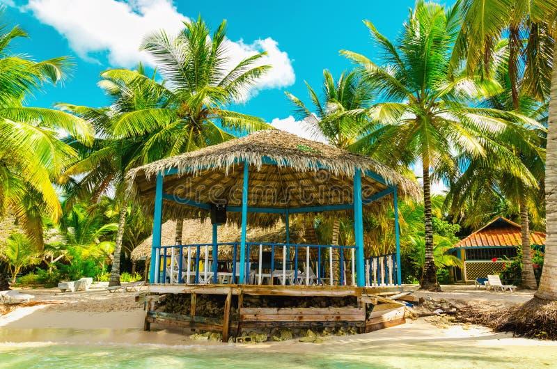 Schöner exotischer Strand mit hölzernem Gazebo, Dominikanische Republik, Karibikinsel stockfotografie