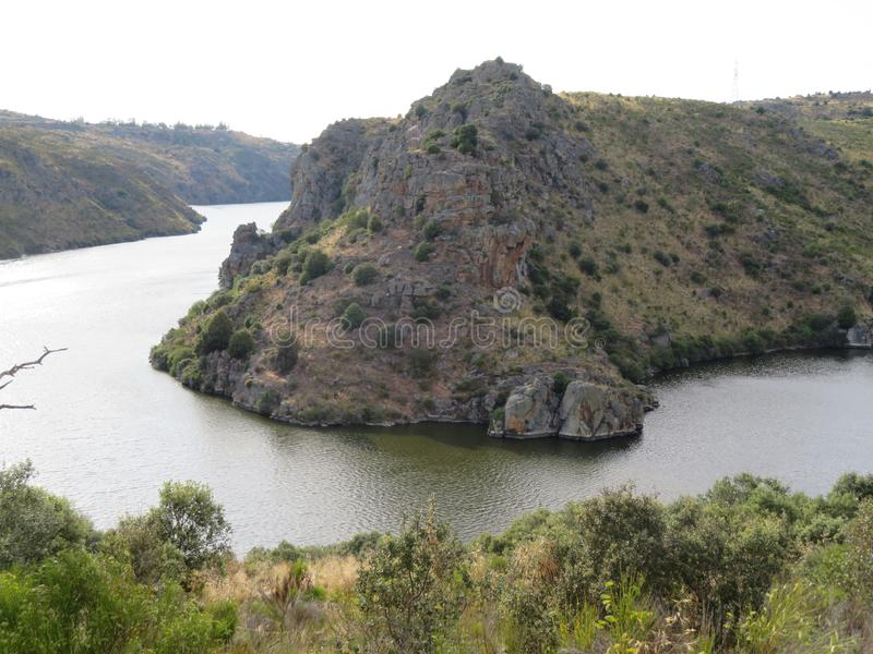 Schöner Fluss, der die sehr hohen Klippen bilden und tief lizenzfreie stockfotos