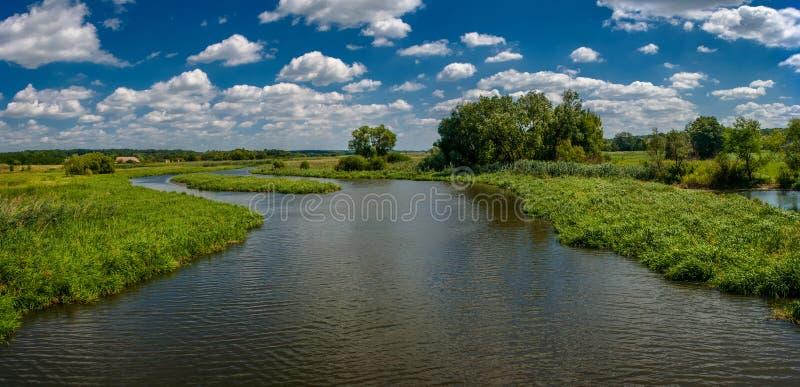 Schöner Fluss im Sommer der südlichen Wanze ukraine lizenzfreies stockbild