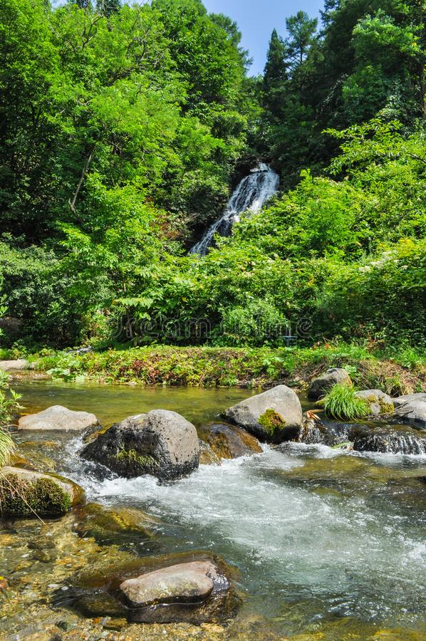Schöner Fluss und ein Wasserfall in der Landschaft in Japan lizenzfreie stockfotos