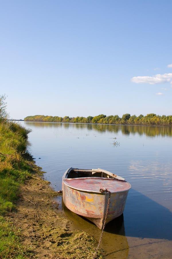 Schöner Fluss und einsames Boot stockbilder