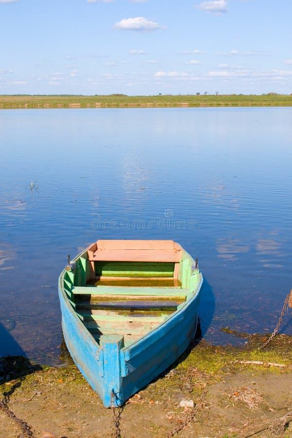 Schöner Fluss und einsames Boot lizenzfreies stockfoto