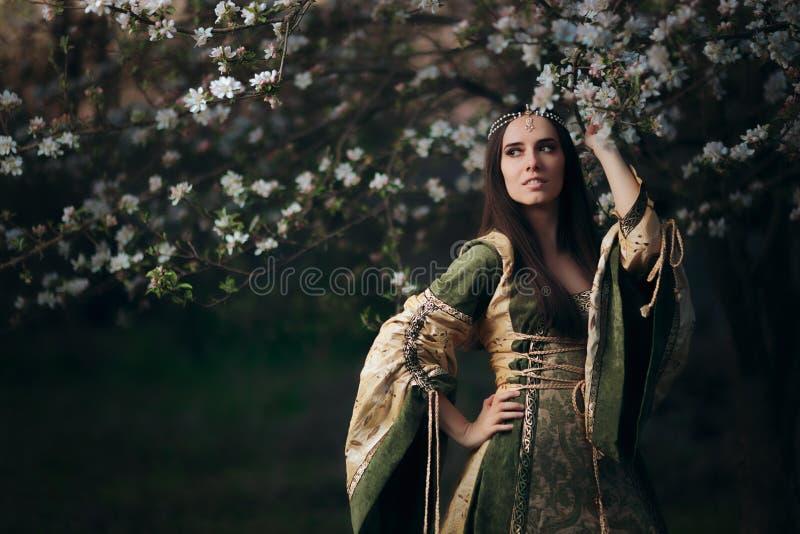 Schöner Frühlings-feenhafte Prinzessin nahe bei blühendem Baum stockbilder