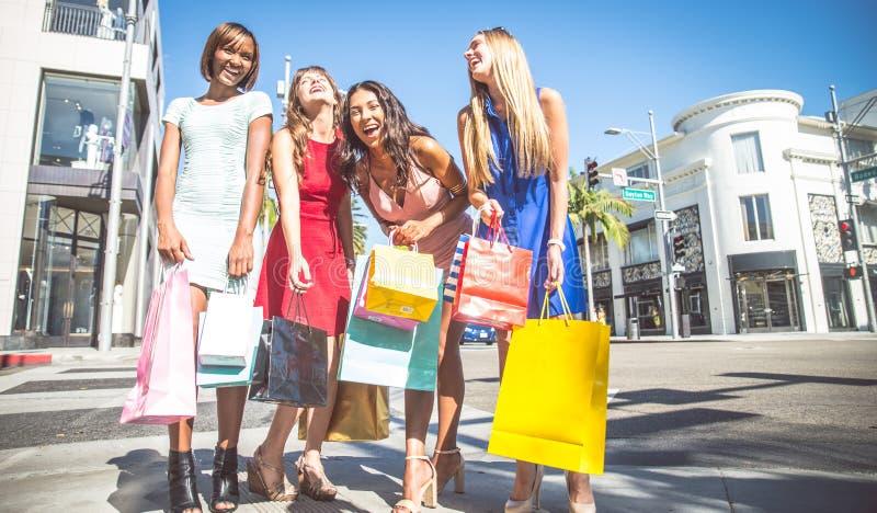 Schöner Fraueneinkauf stockbild