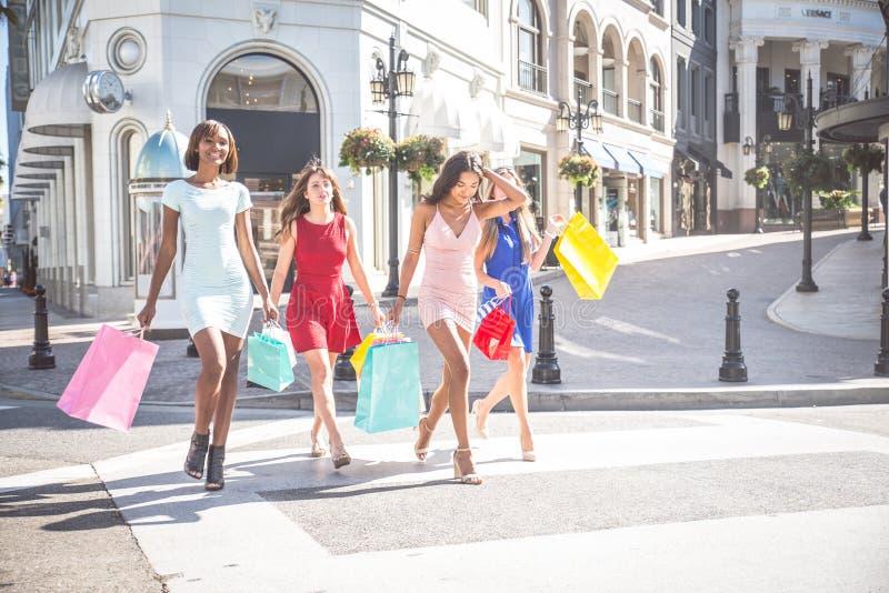 Schöner Fraueneinkauf stockbilder