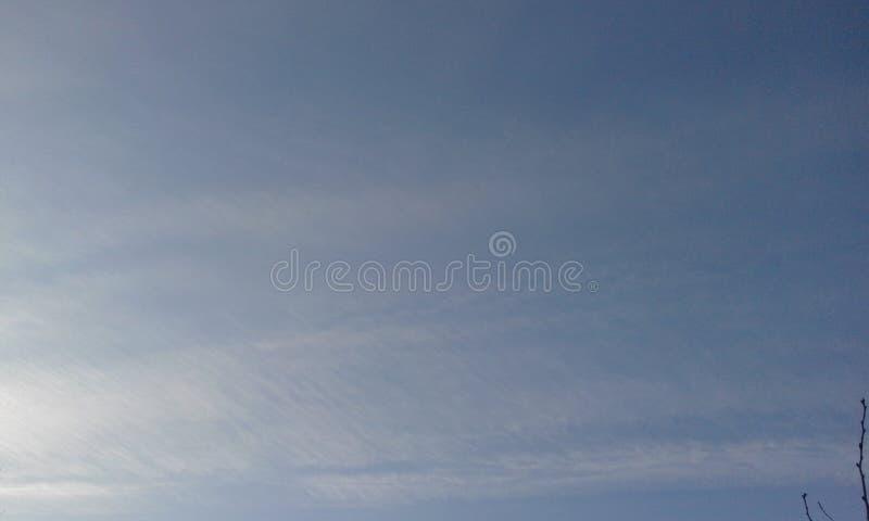 Schöner Frosty Winter Sky-Hintergrund mit Wolken stockbilder