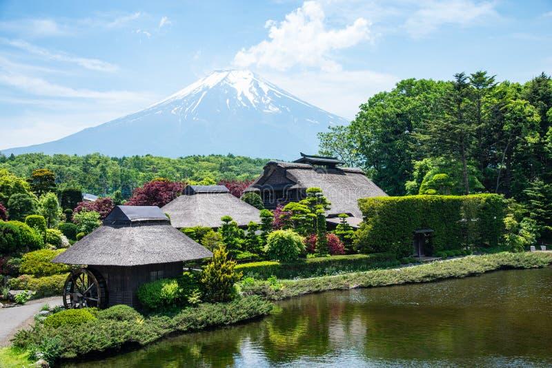 Schöner Fuji-Berg mit Wolke und blauem Himmel im Sommer in Oshino Hakkai das alte japanische Dorf in Japan stockbilder