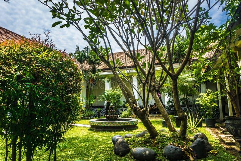 Schöner Garten mit Altbau und Brunnen im Batik-Museum Foto eingelassenes Pekalongan Indonesien lizenzfreies stockfoto