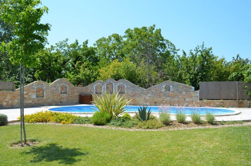 stilvoll garten ideen mit pool - sch ner garten mit pool und aufgebautem zaun stockbild