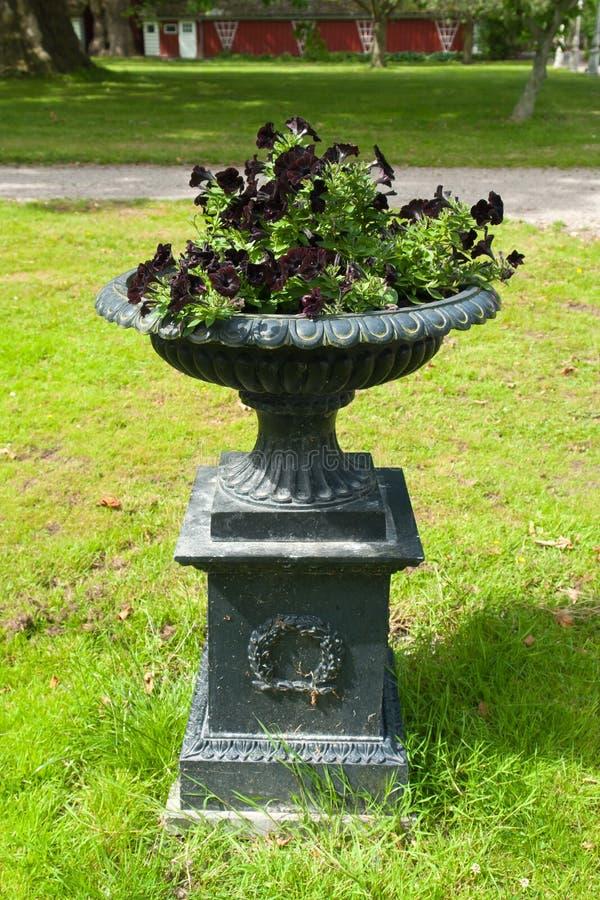 Schöner Gartenstein-Blumenpflanzer stockbild