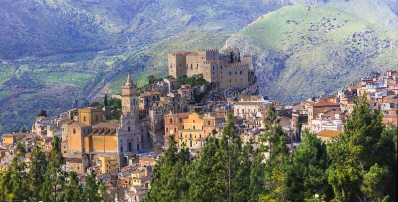 Schöner Gebirgsmittelalterliches Dorf Caccamo in Sicilia, Italien lizenzfreies stockfoto