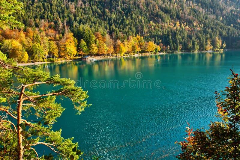 Schöner Gebirgssee an einem warmen Herbstsaisontag stockfotografie
