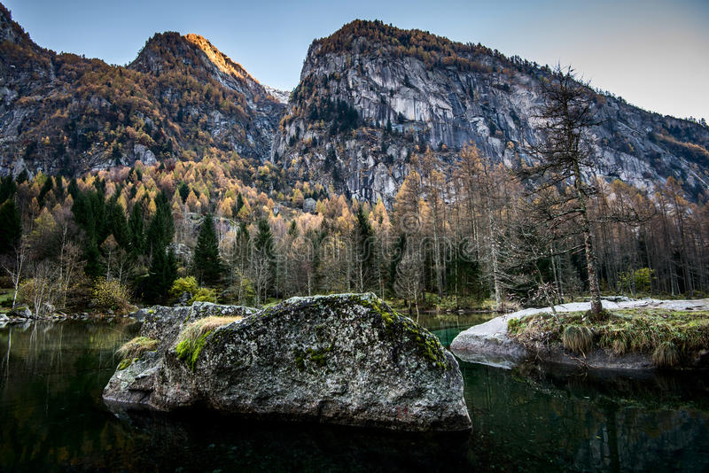 Schöner Gebirgssee im Herbst stockfoto