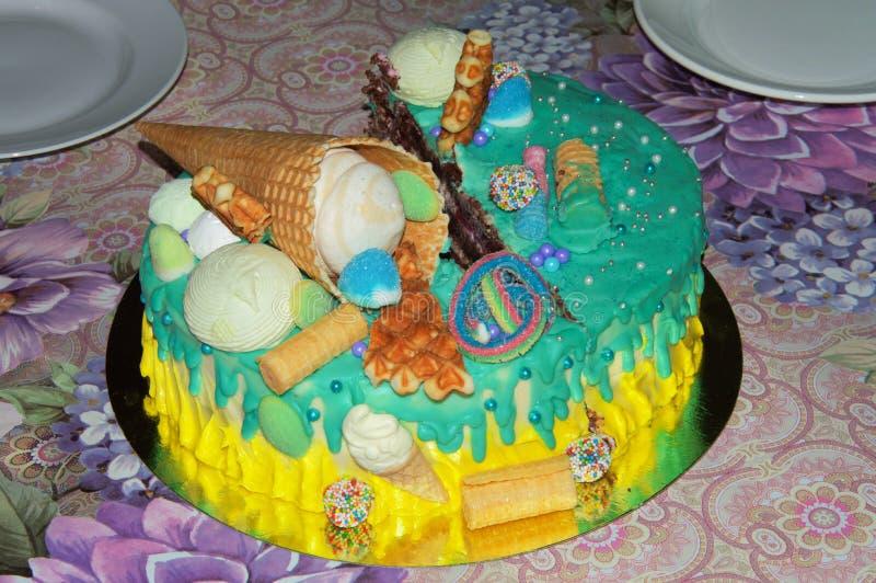 Schöner Geburtstagskuchen in der Glasur mit Füllern lizenzfreies stockfoto