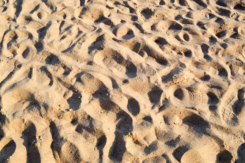 Schöner gelber luftiger loser Meersand mit Wellen Beschaffenheit stockbild