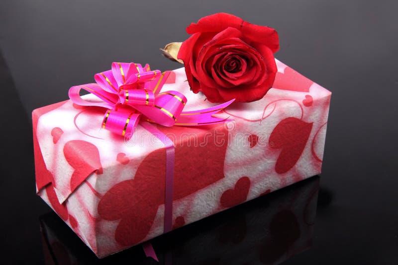 Schöner Geschenkkasten mit stieg stockbild