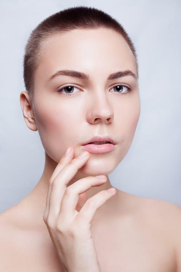 Schöner Gesichts-junge Frauen-sauberer neuer Hautabschluß oben stockfoto