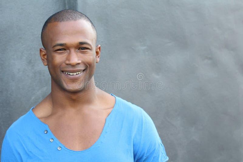 Schöner glücklicher lächelnder und lachender Mann lizenzfreies stockbild