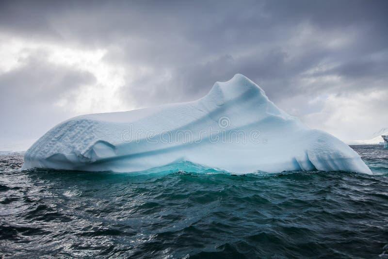 Schöner großer blauer Eisberg und Ozean Eigenartige Landschaft von der Antarktis lizenzfreies stockfoto
