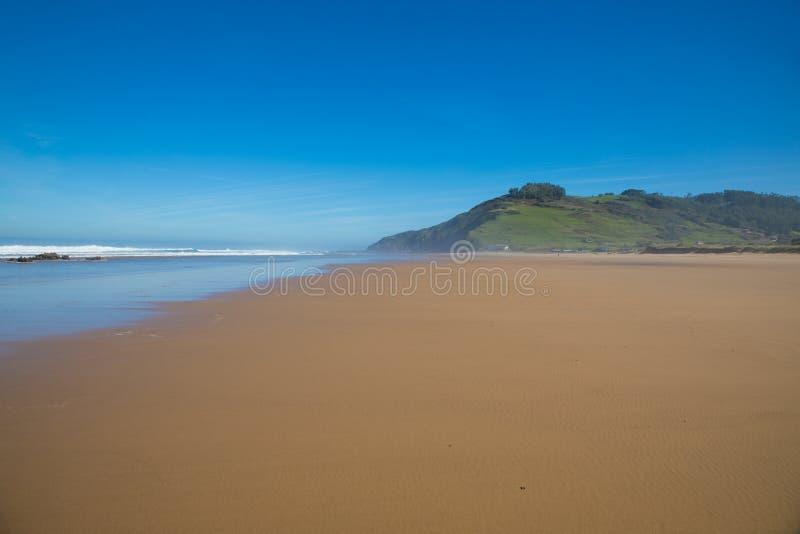 Schöner großer Strand mit Sandgebirgsmeer und blauer Himmel in Astur lizenzfreies stockfoto