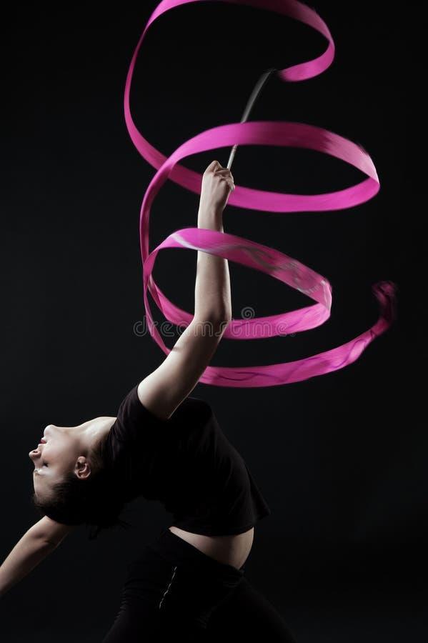 Schöner Gymnast mit rosafarbenem Farbband stockbild