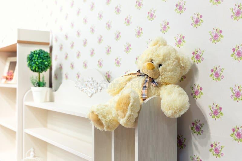 Schöner hölzerner Schrank im Kinderzimmer lizenzfreie stockfotos