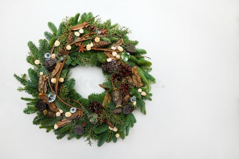Schöner handgemachter Weihnachtskranz lokalisiert auf weißem backgroun stockbilder