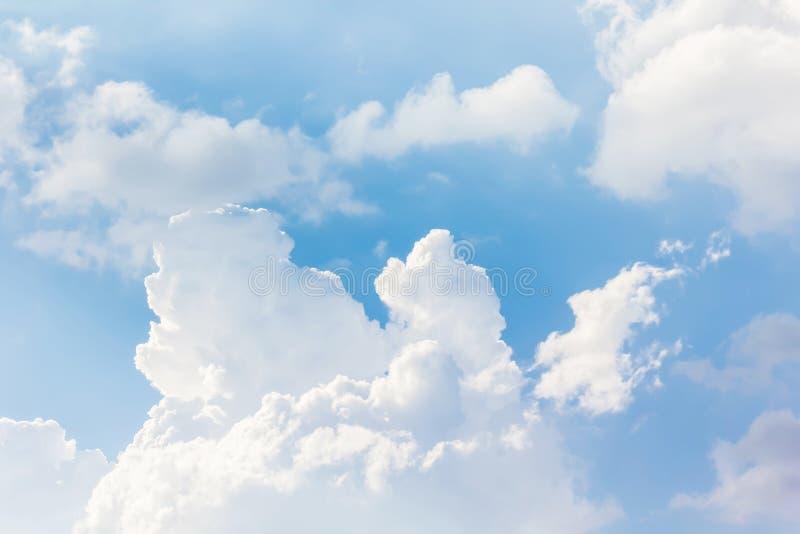 Schöner hellblauer Himmel mit geschwollenen weißen Wolken stockfotos