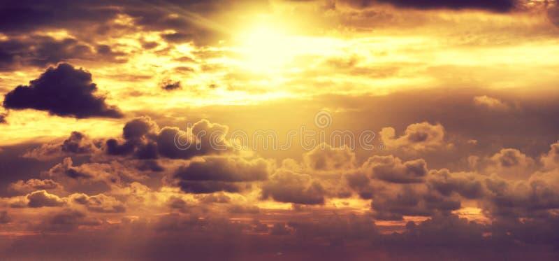 Schöner heller bunter erstaunlicher Sonnenunterganghimmel, Sonne strahlt im c aus stockbilder