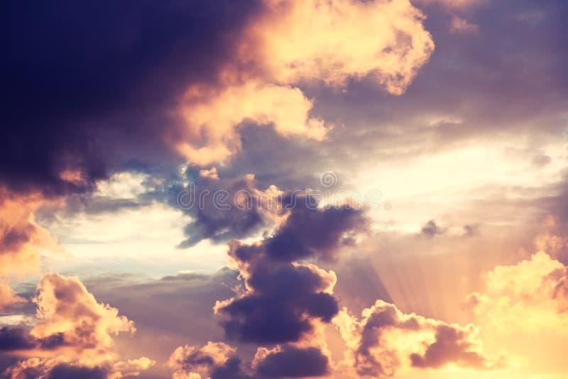 Schöner heller bunter erstaunlicher Sonnenunterganghimmel, Sonne strahlt im c aus lizenzfreies stockbild