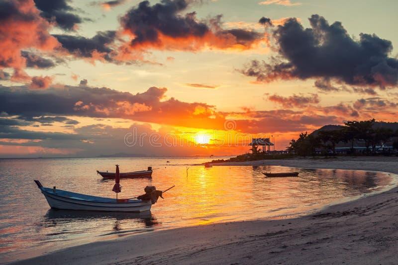 Schöner heller Sonnenuntergang auf dem Ufer eines tropischen Strandes, colorf lizenzfreies stockbild