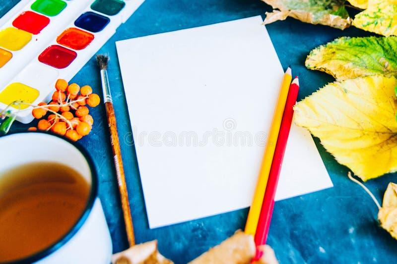 Schöner Herbstlaub, Bürsten, Farbe und Blatt auf einer Dunkelheitsrückseite stockfotos
