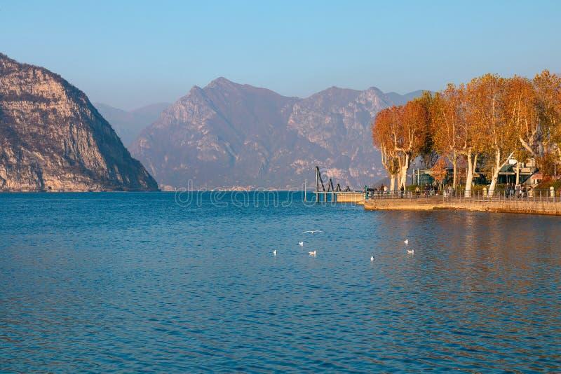 Schöner Herbstpanoramablick von See Iseo und von Insel Mont lizenzfreies stockbild