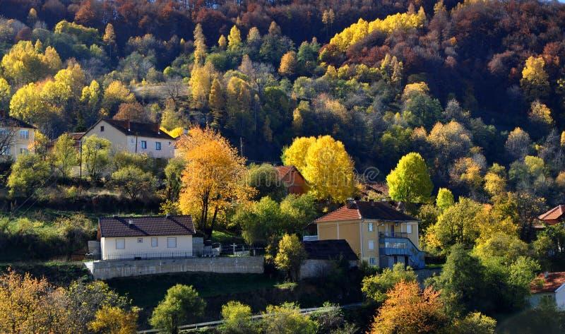 Schöner Herbsttag im Gebirgsdorf lizenzfreies stockbild