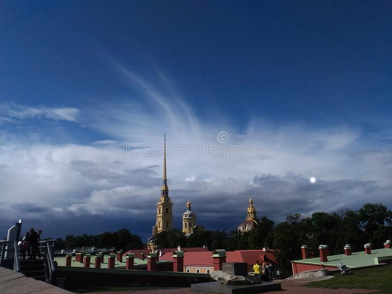 Schöner Himmel über der Kathedrale in der Petropavlovskaya-Festung stockfotos