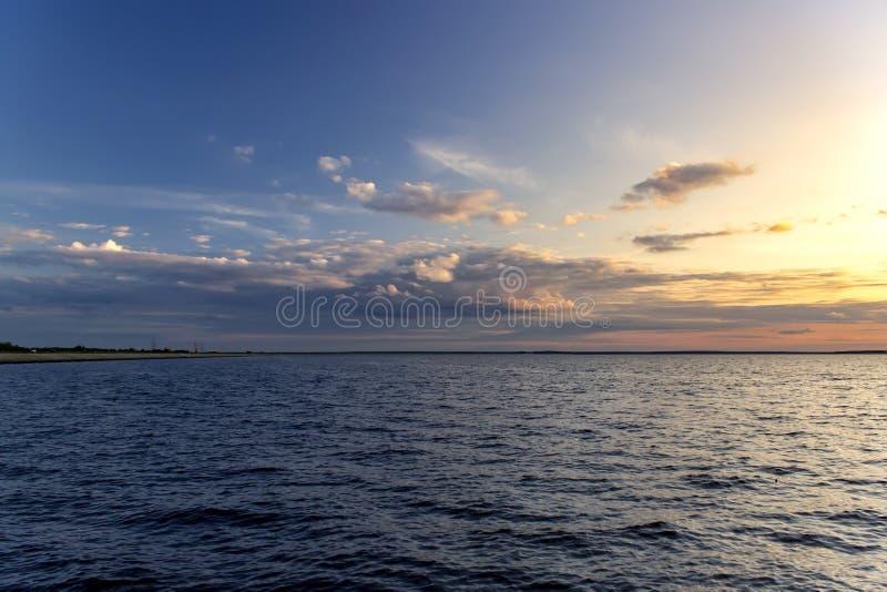 Schöner Himmel auf dem Sonnenuntergang auf Meer Aufbau der Natur stockbild