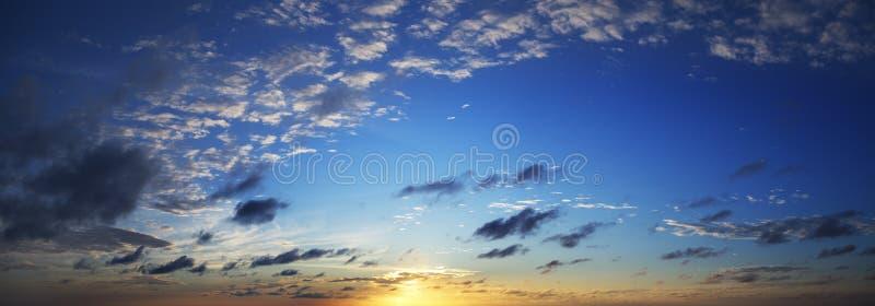 Schöner Himmel an der Dämmerung lizenzfreie stockbilder
