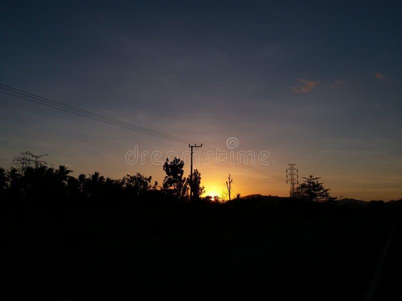 Schöner Himmel des Gitterstromstarkstromleitungsturm-Sonnenuntergangs lizenzfreies stockfoto