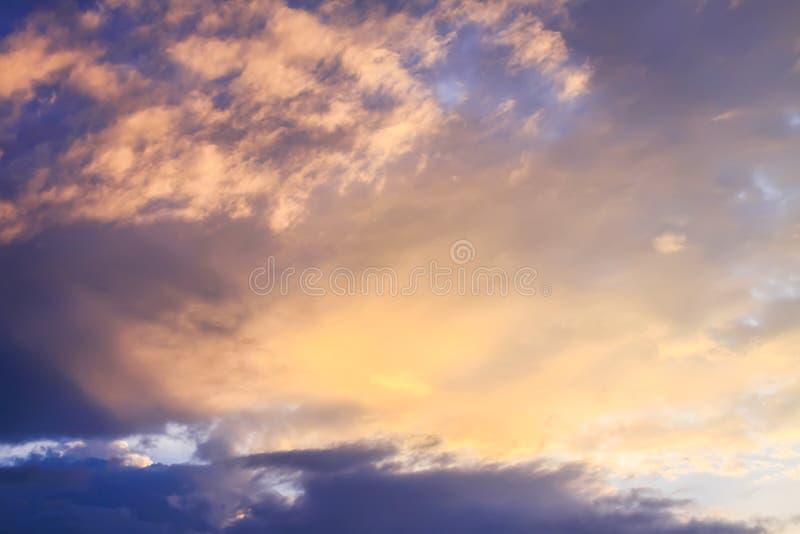 Schöner Himmel mit Wolken im weichen Sommersonnenunterganglicht lizenzfreies stockbild