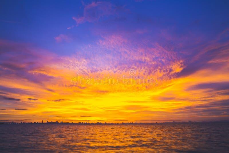 Schöner Himmel und Meer bei Sonnenuntergang Koh Larn, Pattaya Thailand stockfotografie