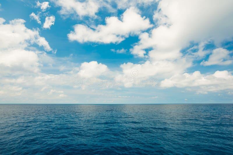 Schöner Himmel und Ozean Seesommer geschossene weiße Wolke stockbilder