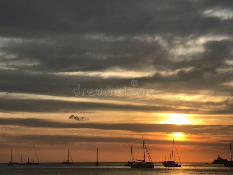 Sch?ner Himmel und Ozeanstrand wenn Sonnenuntergang und viele Yachten stockfotografie
